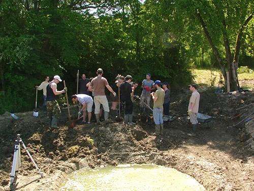 On prépare le terrain sur lequel sera installé le ponton en bois