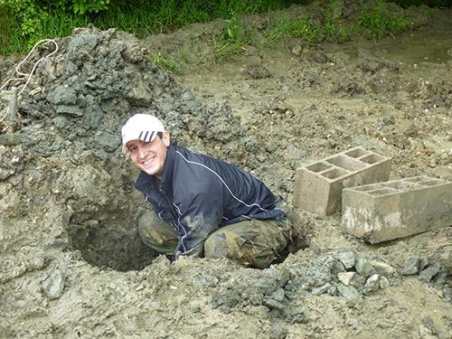 On creuse les trous pour y fixer les poteaux