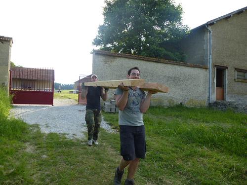 Le bois est transporté jusqu'à l'atelier suivant, le feu
