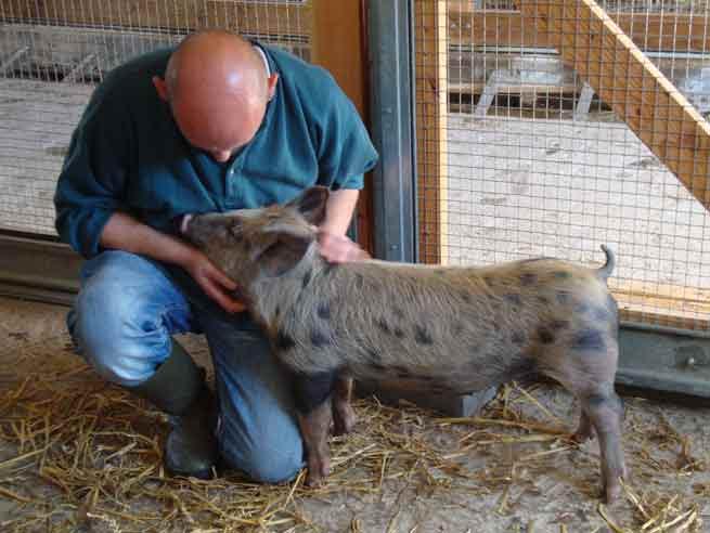 Première rencontre entre Rosette et Pascal, le gardien de la ferme.